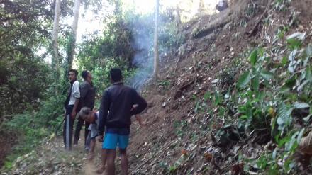Gotongroyong Pembuatan Tangga Menuju Sumber Air Pancoran Kayuan Dedari Desa Nagasepaha